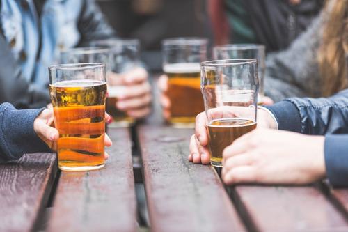 [Opinie] Jongeren en alcohol: ouders kunnen het niet alleen