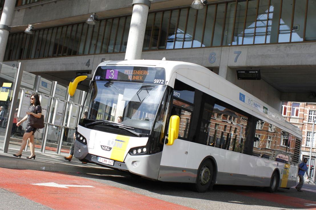 Een hybride bus van VDL aan het Martelarenplein in Leuven.