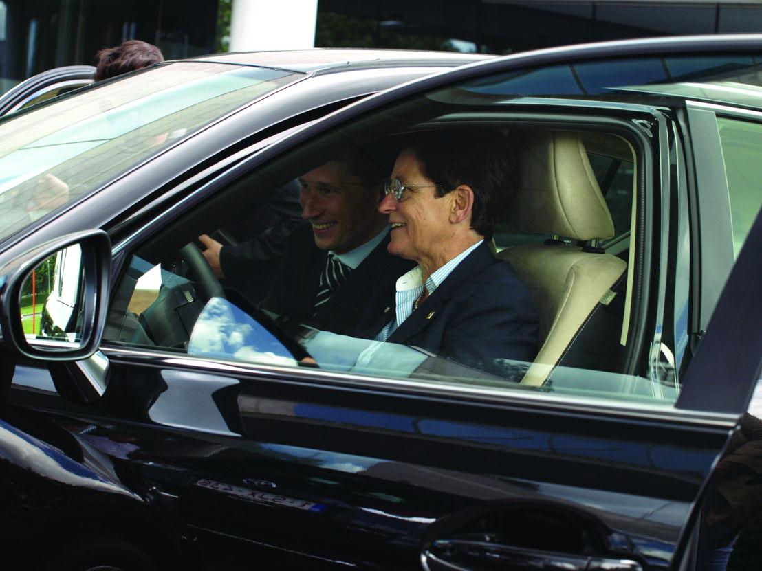 Timothy Manuel explique à Anne d'Ieteren comment conduire une Lexus hybride