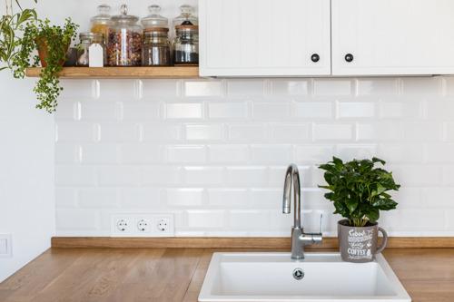 Small is beautiful : la tendance est aux petites cuisines et salles de bains