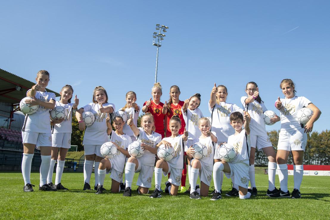 Red Flames dagen lagere schoolmeisjes uit op dansvloer met Love Football Dance