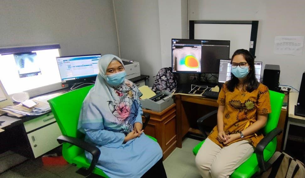 Radiologists of Leuwiliang General Hospital using Lunit INSIGHT CXR and INFINITT PACS G7
