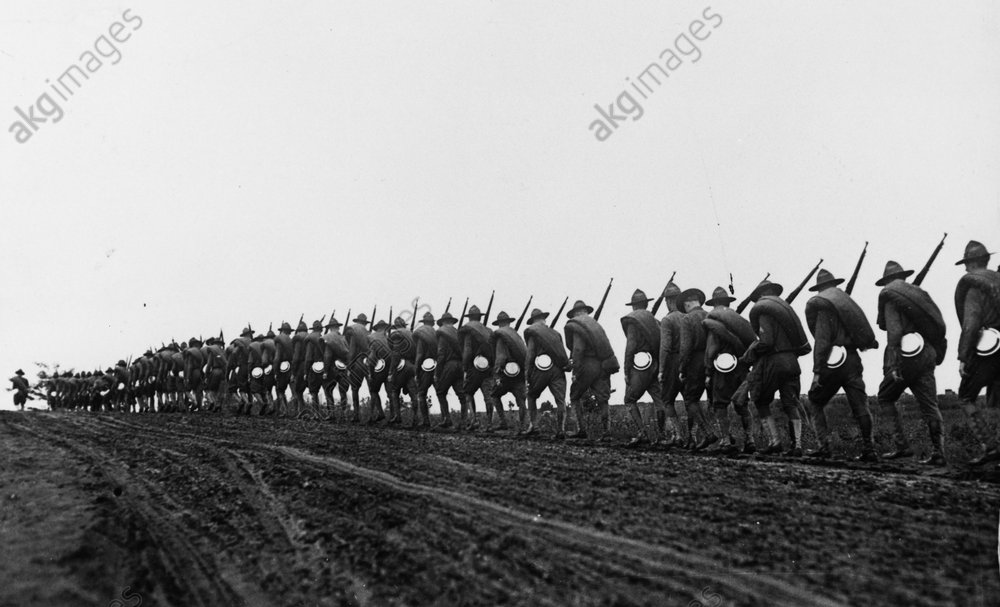 USA declares war on Germany on 6 April 1917. Soldiers of the 27th Division of the New York National Guard on their way to a training camp.<br/>AKG211360