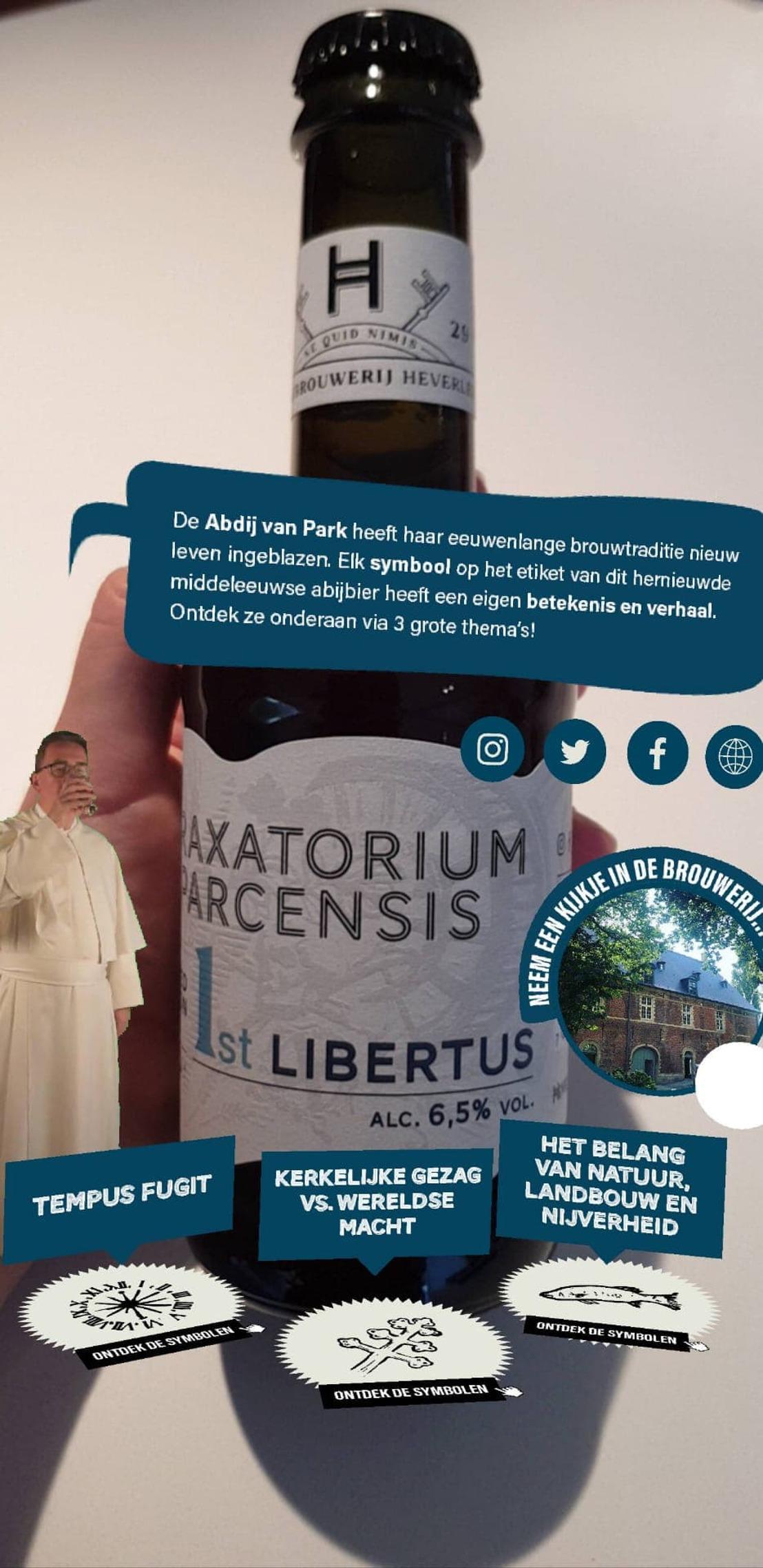 Een bierlabel dat bol staat van de informatie