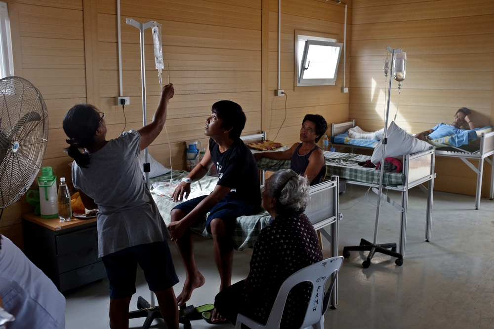 Inpatient at the Guiuan transitional hospital. There is an average of ten admissions per day at this hospital. © Nacho Hernandez