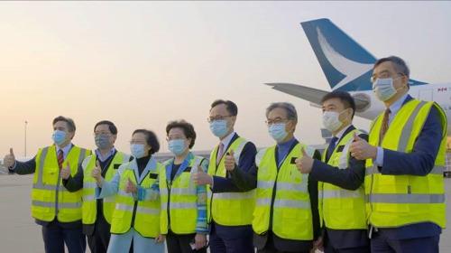国泰航空运送首批新冠肺炎疫苗抵港