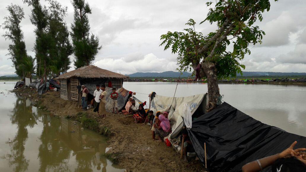 국경없는의사회 팀이 미얀마 너머 방글라데시 국경 감시초소에 대기중인 2500명을 찾아 방문했다. 난민들은 강가 부두에서 지내고 있으며, 물이 고인 웅덩이에 둘러싸여 있다. 몸을 씻거나 세탁에 사용할 수 있는 물은 이 웅덩이 물이 유일하다. 이 곳엔 평평한 땅이 없고 진흙으로 미끄러운 강가 부두뿐이다. 방수포 하나 아래, 진흙 위에 온 가족이 쭈그리고 있다. 국경없는의사회가 만난 대부분 사람들은 이 곳에서 하루나 이틀 기거하면서 국경을 넘을 방안을 찾고 있었다. [사진=Madeleine Kingston/국경없는의사회]