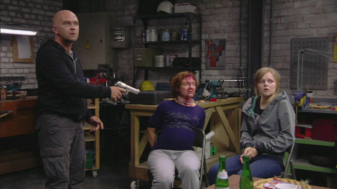 Danny gijselt Emma en Sam (24.11.15) - THUIS (c) VRT