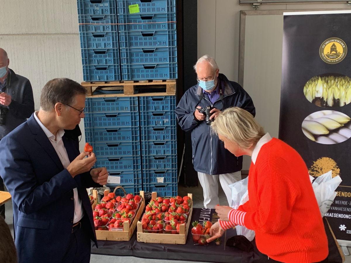Op 10 mei openden minister Crevits en gedeputeerde Dehaene de Week van de Korte Keten op het landbouwbedrijf Van Haesendonck in Weerde (Zemst)