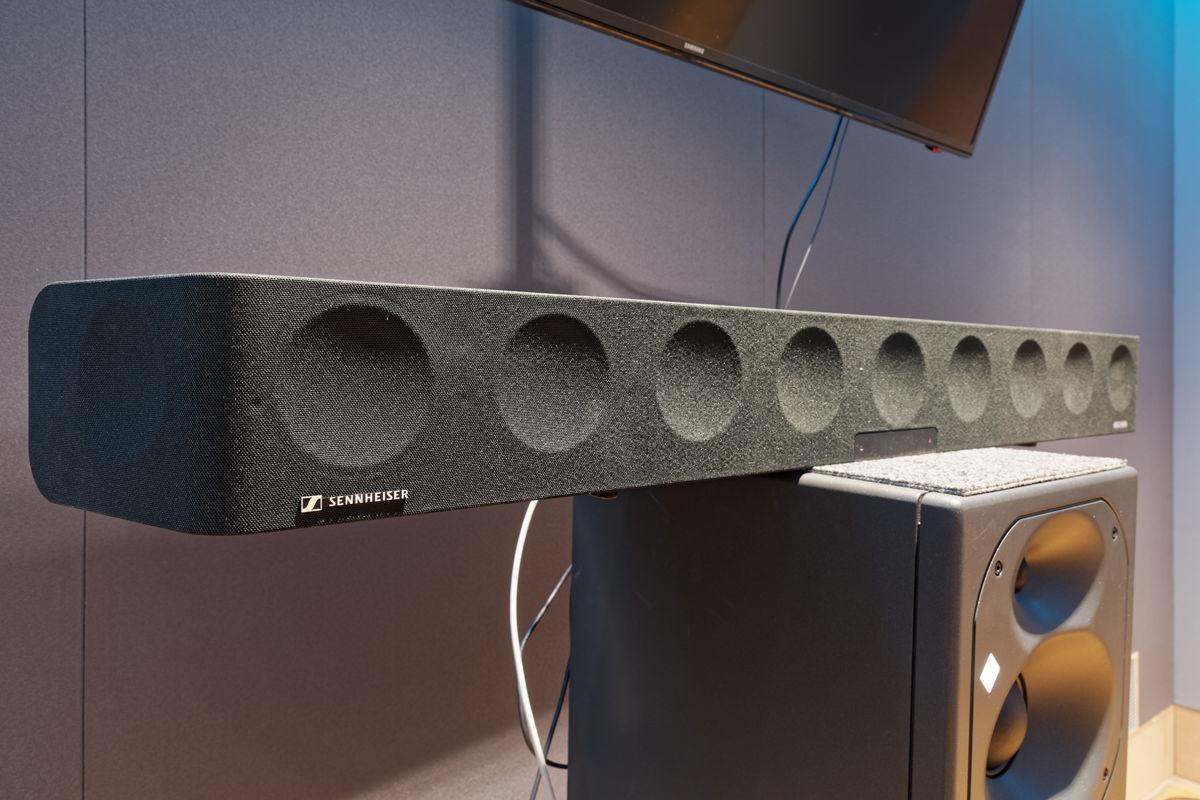 Ergänzend zu den Neumann Studiomonitoren ist in der 3D-Regie eine hochwertige Sennheiser AMBEO Soundbar verfügbar, die als All-in-One-Lösung trotz ihrer kompakten Maße mit einer kraftvollen 3D-Wiedergabe überrascht