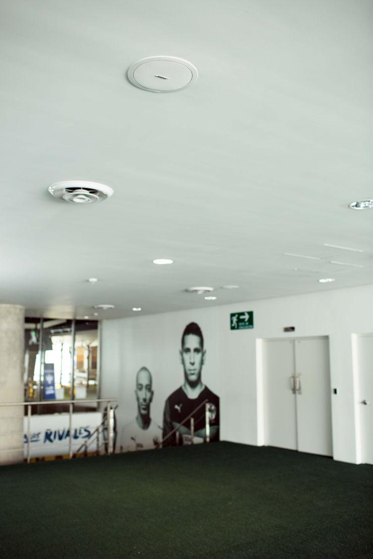 Sistema de audio Bose en acceso a vestuario Rayados