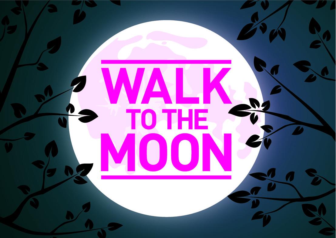 Think-Pink wandelt bij maanlicht in Bergen