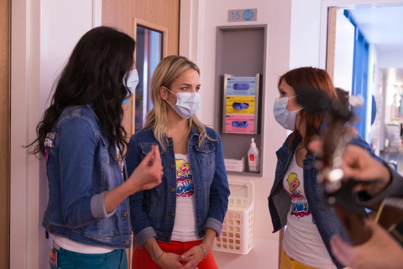 Bart op bezoek in het ziekenhuis met K3 (c) VRT