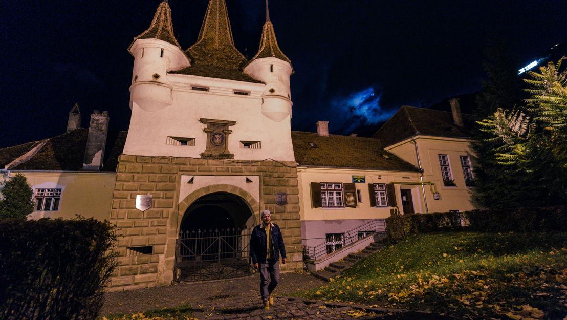 Al ser fundada en el siglo XIII, Braşov se convirtió en la ciudad alemana más sudeste de los sajones de Transilvania. Pero Sebastian tampoco encuentra respuesta aquí. Él sigue conduciendo...