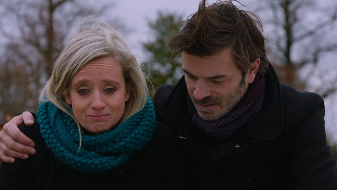 Femke en Peter bezoeken het graf van Lucas en stellen zijn broertje Vic voor (24.01.17) - THUIS (c) VRT